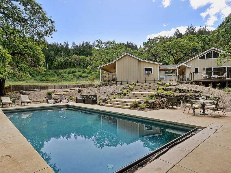 Lovely private getaway with pool and vineyard views., location de vacances à Glen Ellen
