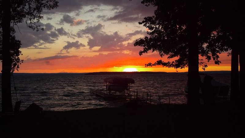 Look no further! Quintessential waterfront cottage on Burt Lake!, holiday rental in Topinabee
