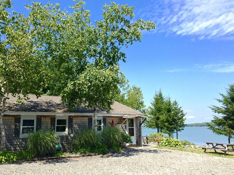 Charming Oceanfront Cottage-Great Views and 20 Feet from Shore, holiday rental in Milbridge