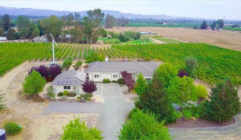 Large Charming Home Surrounded by a Vineyard, vacation rental in Sonoma