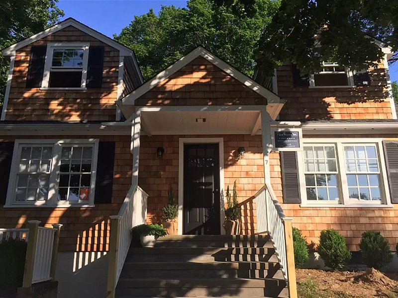Charming 4 Bed/2.5 Bath Cottage In Historic Shelter Island, Walk To Ferry, vacation rental in Shelter Island