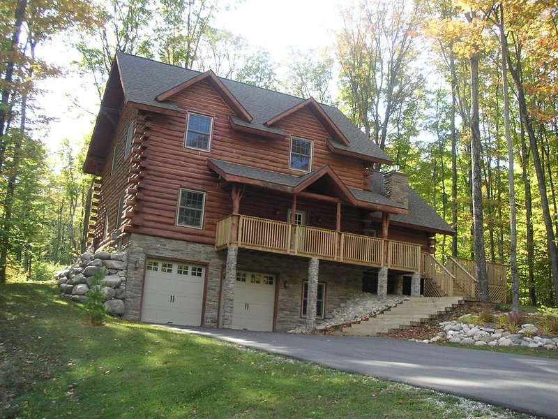 3,200 Sq. Ft. Ski-in/Ski-out Boyne Highlands Chalet with Hot Tub, location de vacances à Harbor Springs