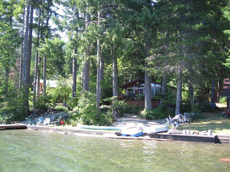 LAKE CUSHMAN WATERFRONT PARADISE! NO BANK!  Majestic views, hiking, boating!, alquiler de vacaciones en Lilliwaup