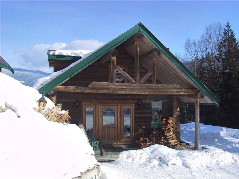 Cosy Log Cottage in Rural Location, vacation rental in Revelstoke
