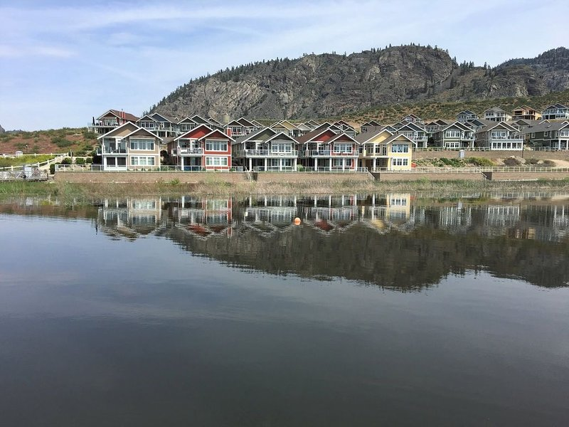 Yellow Cottage on the Lake Front - Family & Boater Friendly!, holiday rental in Osoyoos