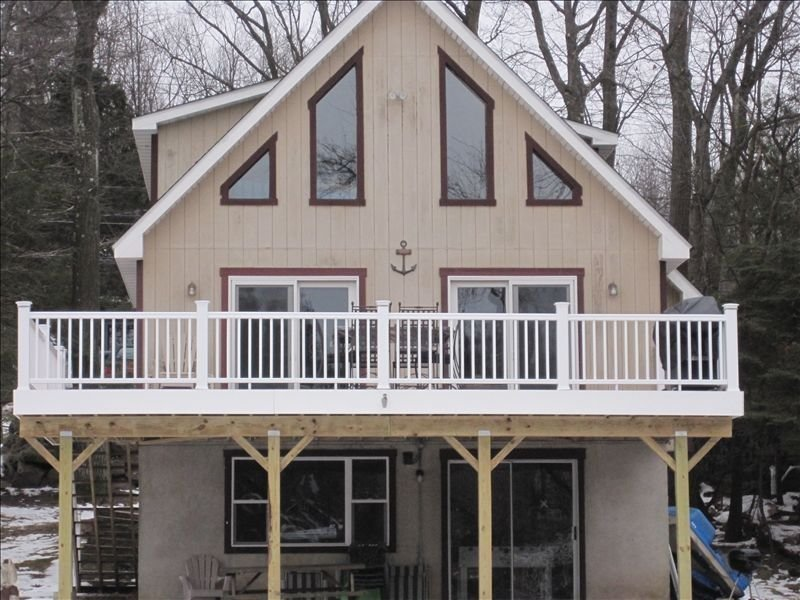 Newly Renovated Lakefront Chalet!, holiday rental in Lake Harmony