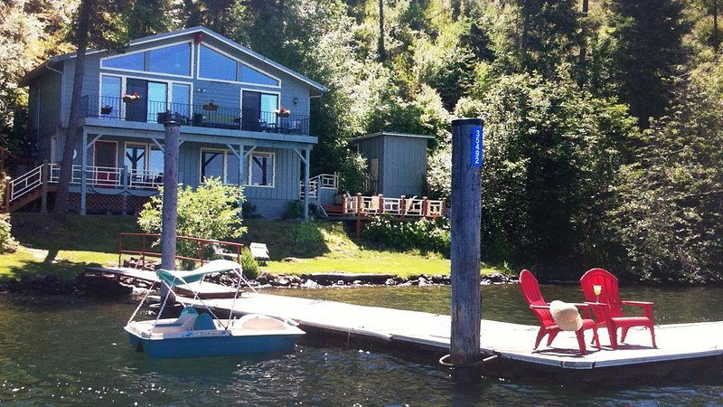 Cottage on the Shore: Private Dock, Relaxing Views, Grass Lawn, alquiler vacacional en Coeur d'Alene