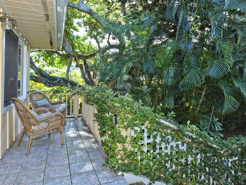 Little Yellow Cottage: Steps to Lanikai Beach, vacation rental in Kailua