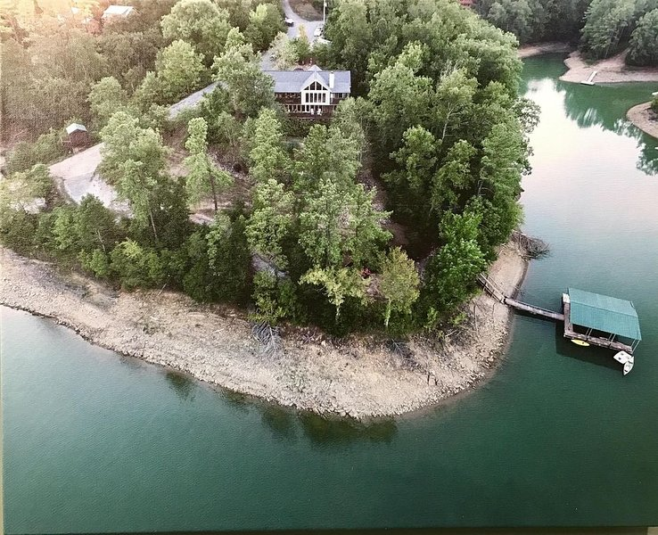 'The Rusty Hook' - Spacious Lakefront 4 Bedroom W/Private Covered Dock, holiday rental in Dandridge