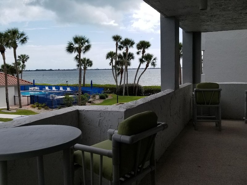 Beautiful waterfront Condo with private boat slip, alquiler vacacional en Palm Bay