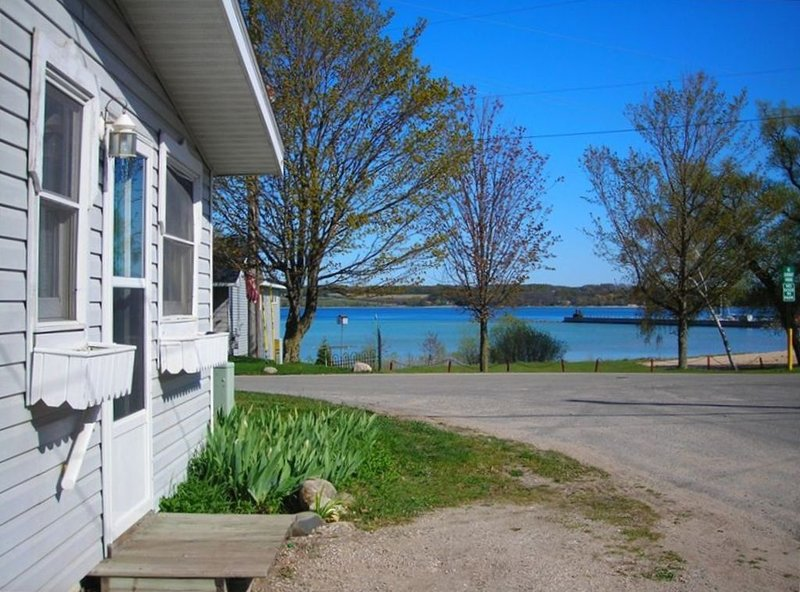 In town convenience located across marina w/sandy swimming Pets welcome, holiday rental in Suttons Bay