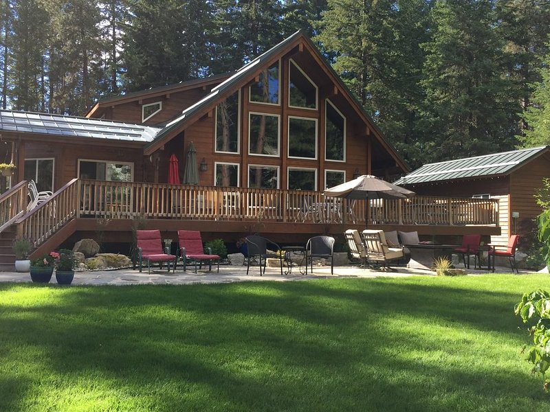 River Cabin Nestled in a Wooded Lot Along the Wenatchee River, vacation rental in Leavenworth
