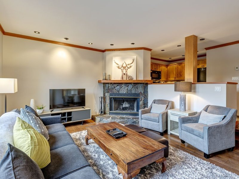 Ski-in Chic and Cozy 2bed, 2 bath Townhouse in the Upper Village (Benchlands), vacation rental in Whistler