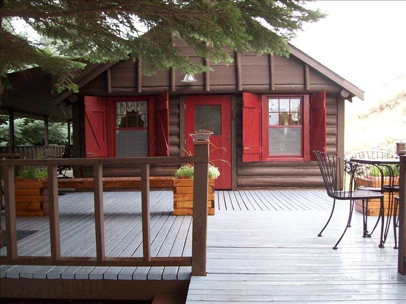 Crabapple Cabin-Secluded Cabin on the Banks of the Yellowstone River, holiday rental in Pray