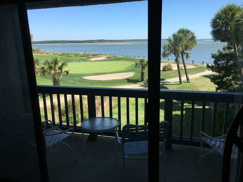 ENJOY THE OCEAN FROM YOUR BALCONY AND WATCH THE GOLFERS ON THE 18TH HOLE., alquiler de vacaciones en Fripp Island
