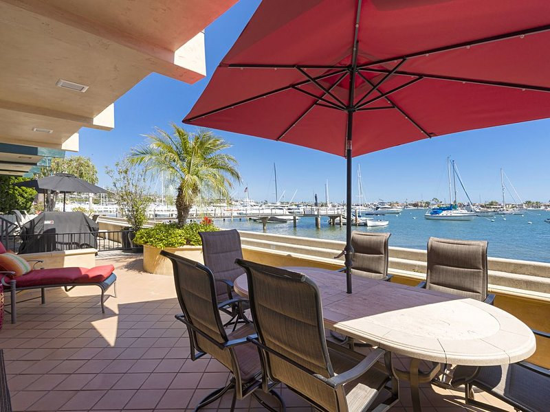 5-Star Luxurious South Bay Front Beach House - Steps to Shops/Restaurants, alquiler de vacaciones en Balboa Island