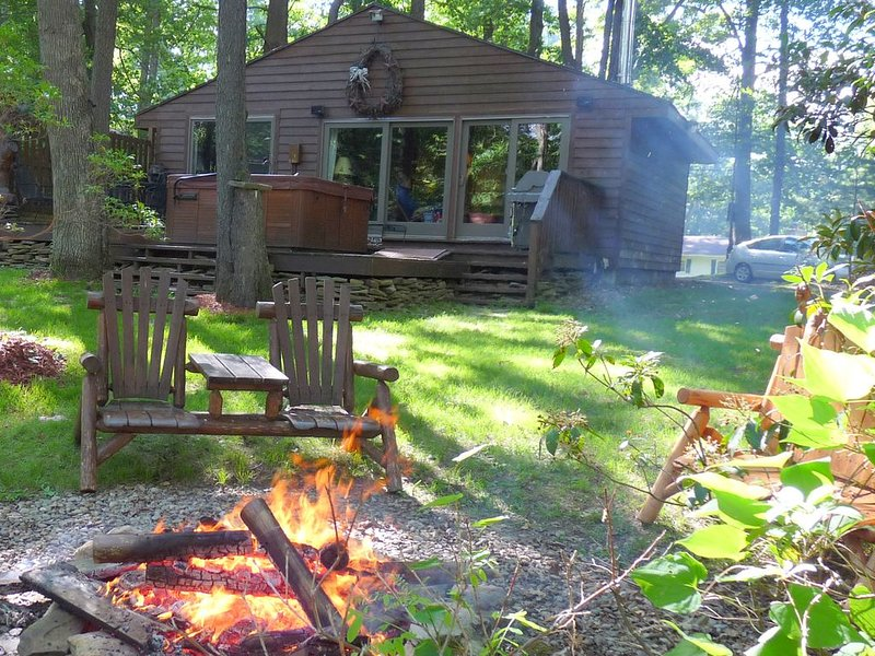 OWLS NEST,Premiere Lake Waterfront,Cabin w HotTub,private dock,Cozy Romantic,, location de vacances à Oakland