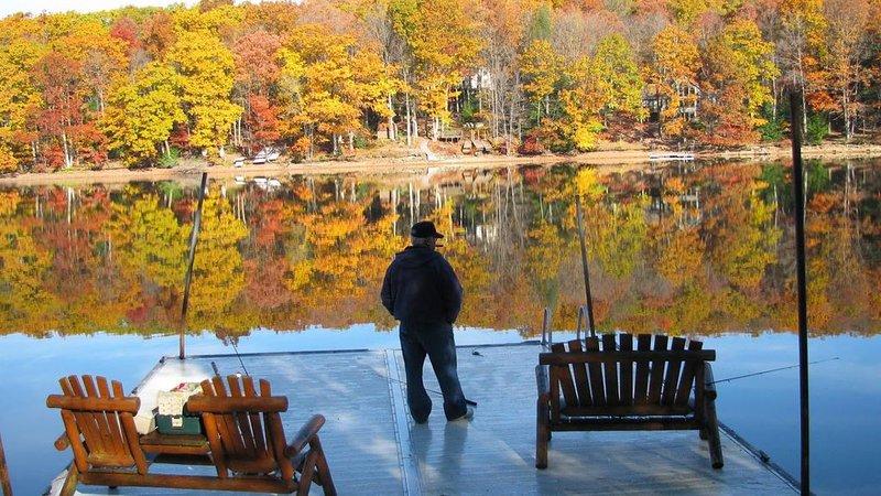Pez frente al lago en nuestro muelle de agua (10 pies de profundidad): disfrute de la belleza de otoño en Owls Nest