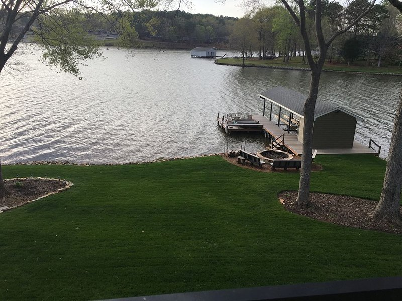 Lakefront Home!  Fun for 13, pets,  Pooltable, Fooseball, WIFI, & Paddleboat!, vacation rental in Macon