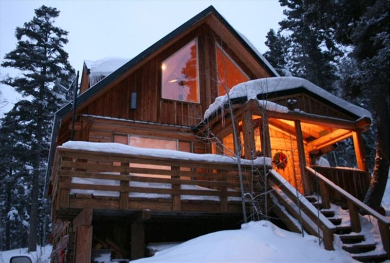 Winter Cabin in the Mountains for the family, plus game room and hot tub, alquiler vacacional en Questa