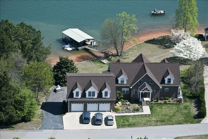 Magnificent Lakefront Home on Lake Keowee, holiday rental in Westminster