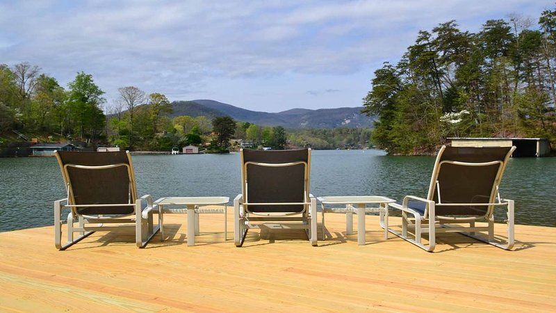 Stunning Lake Views! Pet Friendly! Directly on Lake Lure! – semesterbostad i Lake Lure