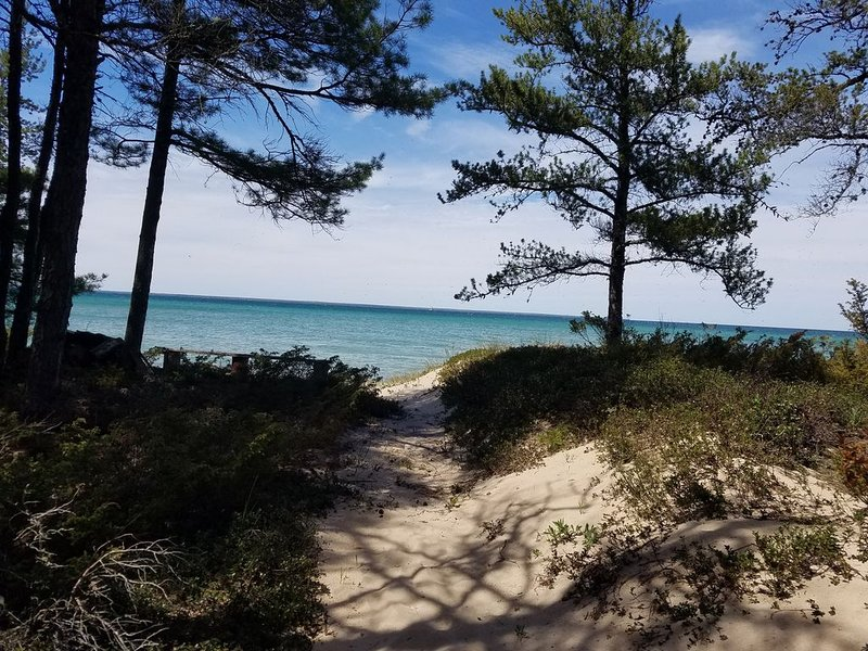 MINUTES FROM MACKINAW: LAKE HURON LAKEFRONT COTTAGE W/ GORGEOUS, WALK-ABLE BEACH, holiday rental in Cheboygan County