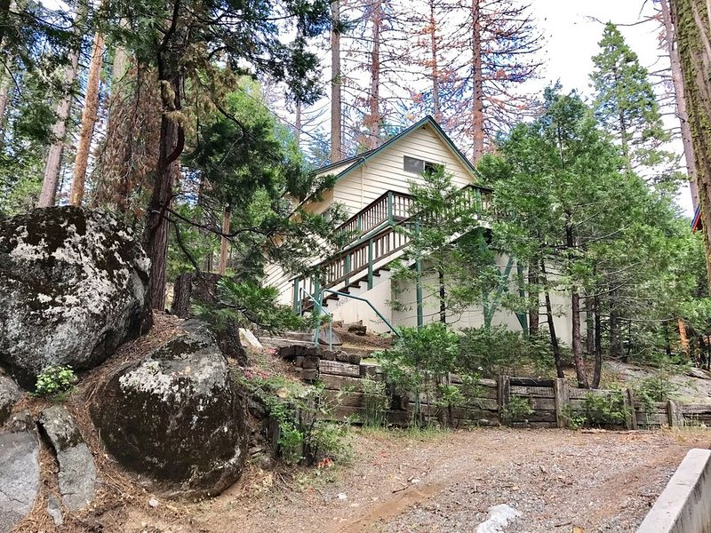 Charming Mountain Chalet with Modern Conveniences in the Heart of Shaver + WIFI!, casa vacanza a Shaver Lake