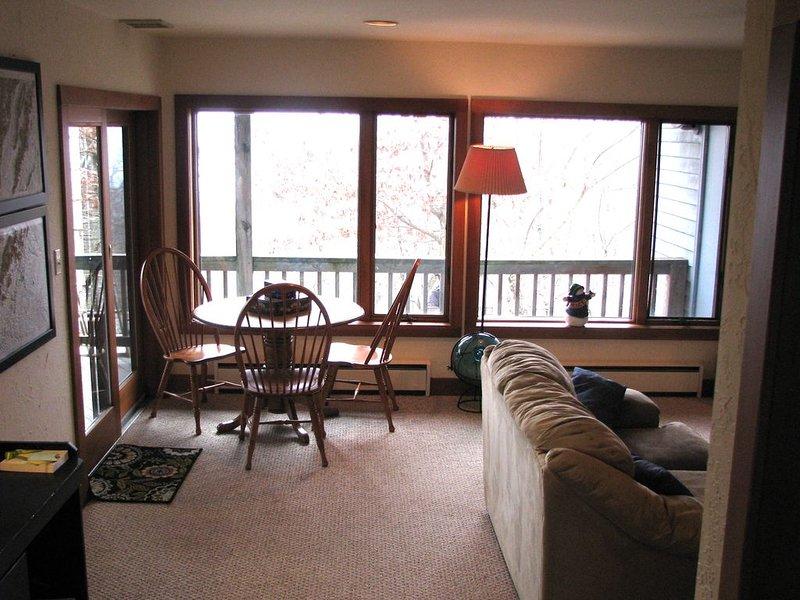1er piso sala familiar con mesa de juego.