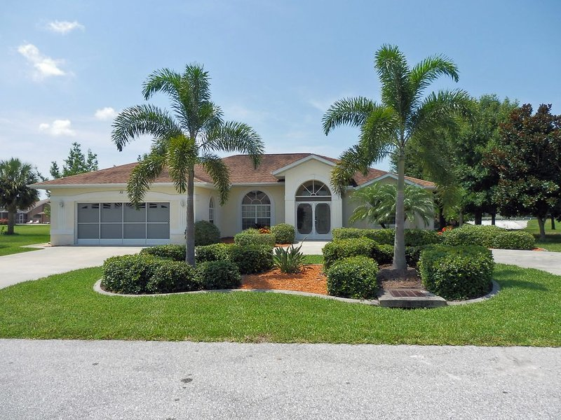 WATERFRONT, SPECTACULAR 3BDRM, 3,5 BATHS, BOAT DOCK, TWO MASTER SUITES AND MORE, holiday rental in Rotonda West