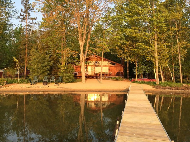 Avoiding Crowds? Tranquil, Inviting Cabin on Green Lake near Interlochen School, alquiler de vacaciones en Interlochen