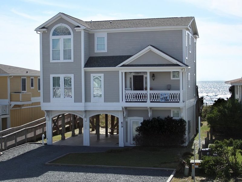 Beautiful Oceanfront Home with Elevator, alquiler de vacaciones en Holden Beach