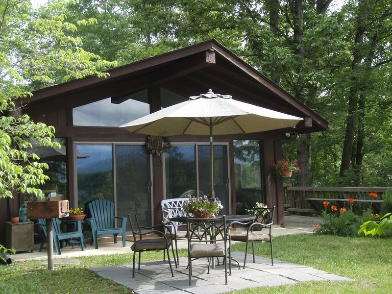 Cozy Romantic Cabin with Fantastic Views of the Blue Ridge, holiday rental in Luray