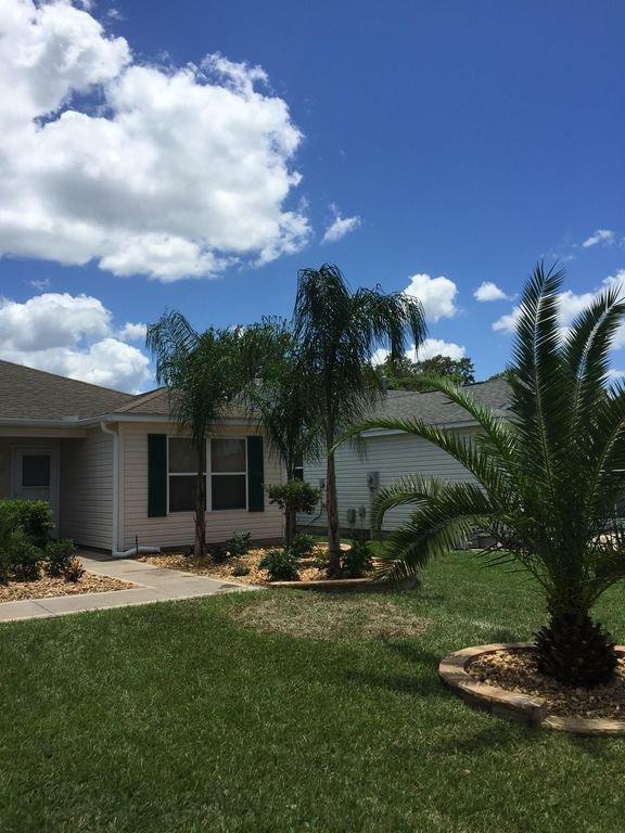 Vous serez accueillis chez nous avec un ciel bleu et des palmiers!