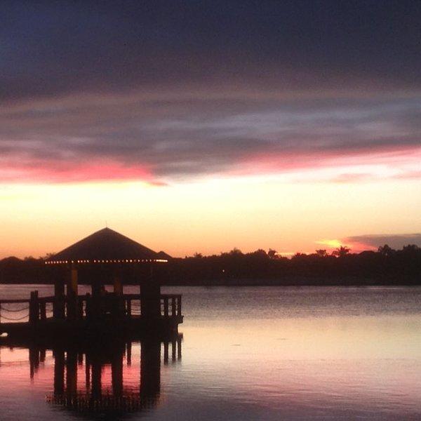 Les couchers de soleil magnifiques sur le lac Sumter Landing sont à moins de 10 minutes!