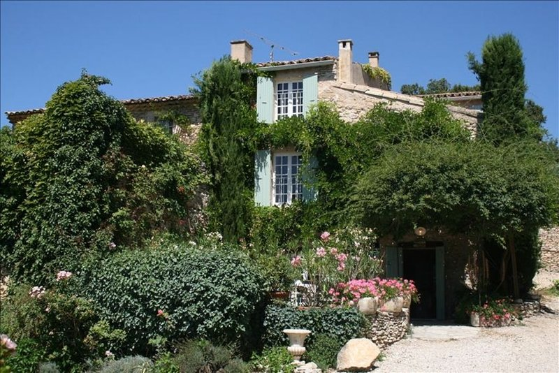 Charming 18th Century Country Home with Pool & Beautiful View of the Luberon!, holiday rental in Roussillon