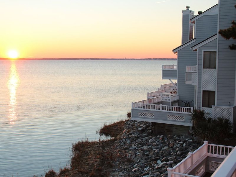 Waterfront Townhouse!  Gorgeous Sunsets!  2 Decks on Water!, location de vacances à Ocean City