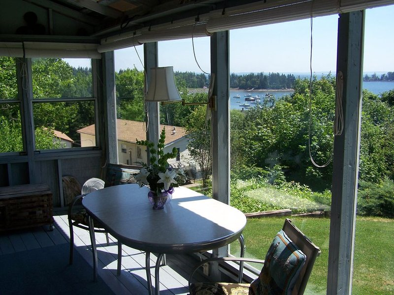 4 Bedroom/2 Bath Vacation Home Overlooking Owls Head Harbor, Ferienwohnung in North Haven