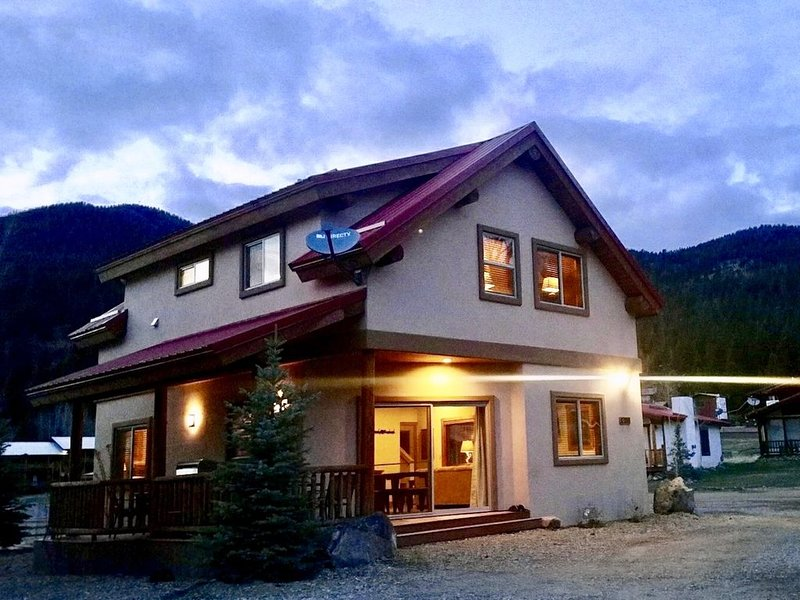 On River w/ Hot Tub* Luxury Ski Chalet- Great Views,  2 Living, Fiber Wi-Fi!, holiday rental in Red River