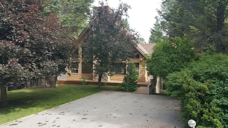 Beautiful Timber Ridge 2 Home- PRIVATE Access Lake/Beach Community, Ferienwohnung in Fairmont Hot Springs