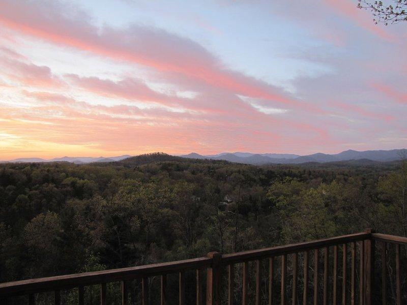 40+ Mile Mountain Sunset View near Murphy RiverWalk, Casino, Folk School, Pet OK, holiday rental in Murphy