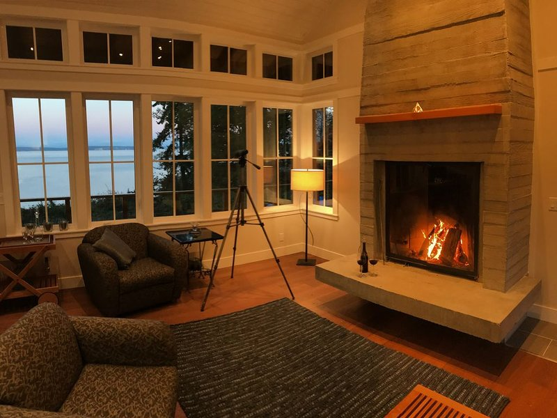 Spectacular, Private & Romantic Waterfront Getaway on Puget Sound - Sleeps 4, holiday rental in Hansville