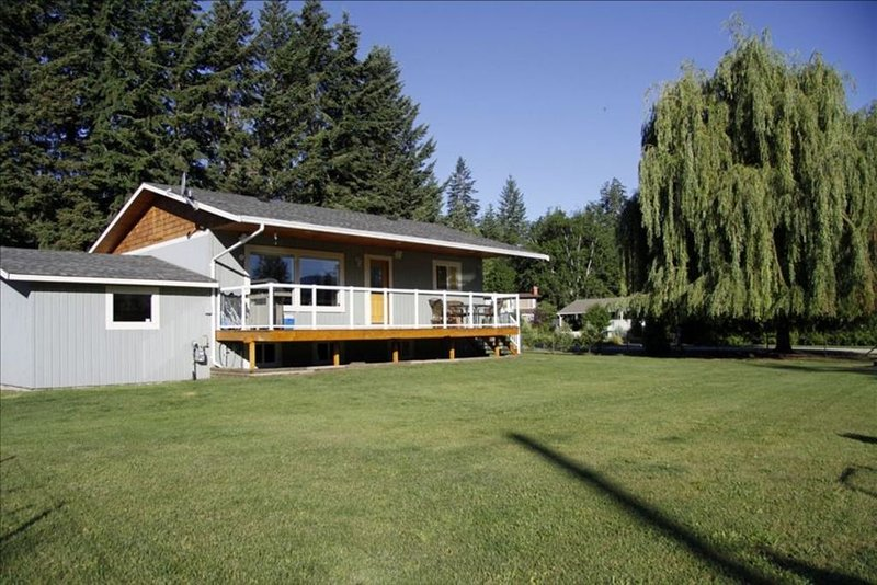 Steps from Shuswap Lake 'Blind Bay Vacation Rental', holiday rental in Celista