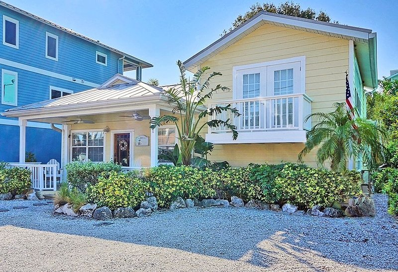 Sunset Beach / Stunning Key West Style Cottage Across from the Beach, alquiler de vacaciones en Treasure Island