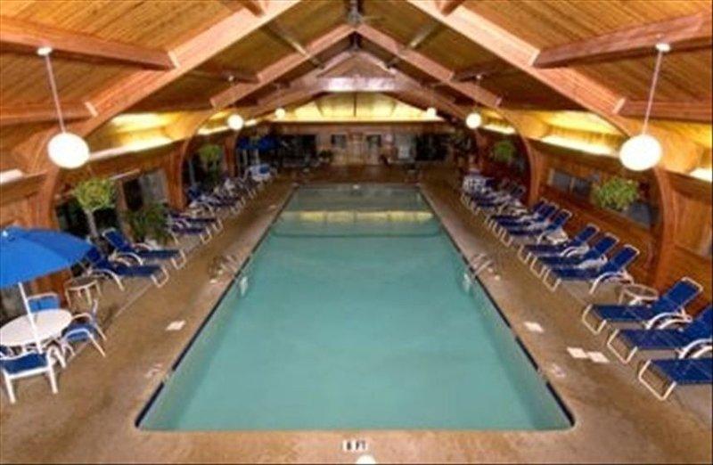 Grande piscine intérieure chauffée au centre de loisirs du complexe