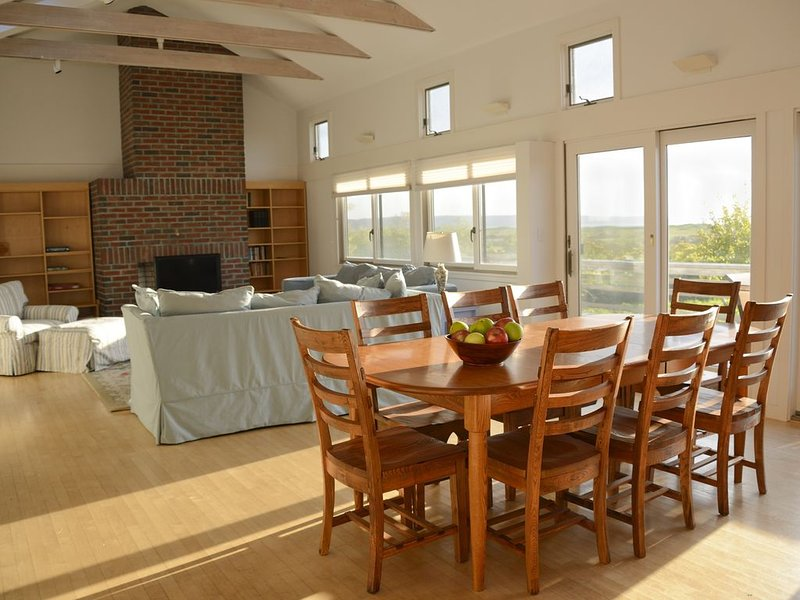 Ideal Menemsha House with Private Beach and Breathtaking Sunset Views, alquiler de vacaciones en Aquinnah
