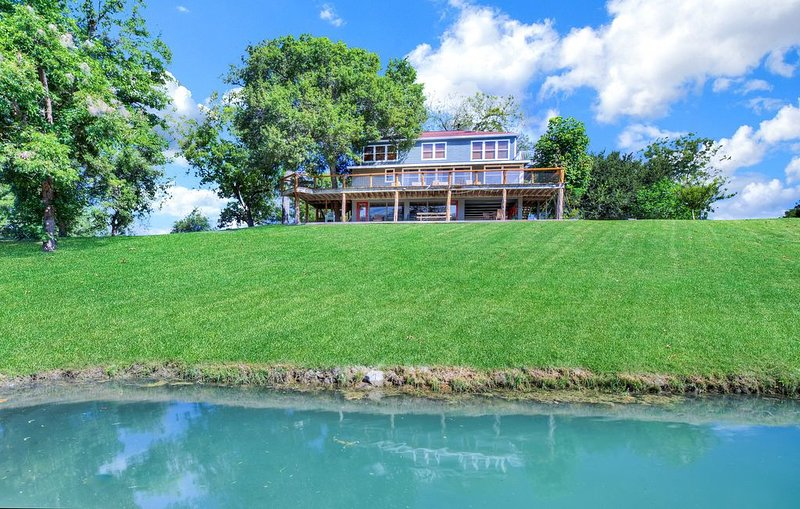 Private River Resort with beautiful views, holiday rental in Seguin