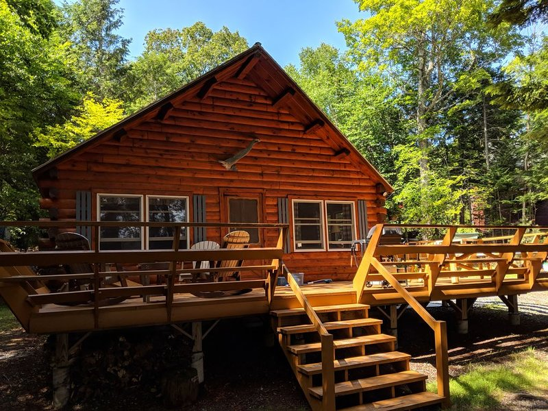 Beautiful updated log cabin on prime waterfront in Beaver Cove, Moosehead Lake, vacation rental in Greenville