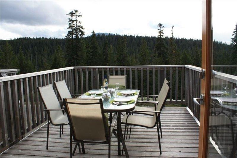 På sommaren kan du äta utomhus med ständigt fantastisk utsikt.
