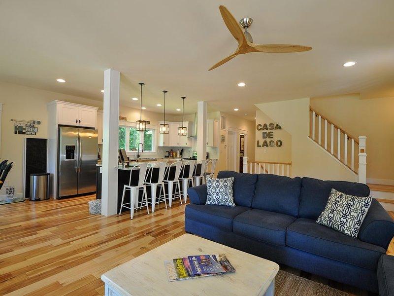 Öppet koncept stort rum och kök. Handskruvad bredplank hickory golv.
